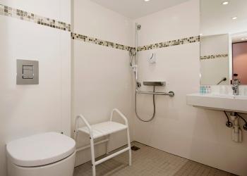 Salle de bain de la cabine PMR