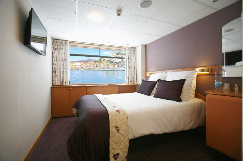 Cabin with double bed on the middle deck