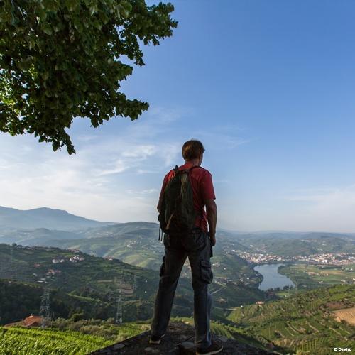 Randonneur dans la vallée du Douro