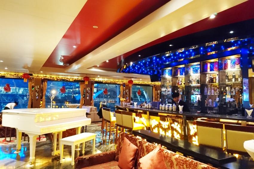 Grand salon bar du RV Legend