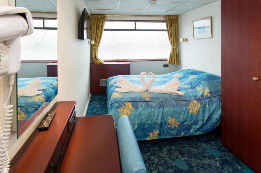 Cabine double avec un grand lit