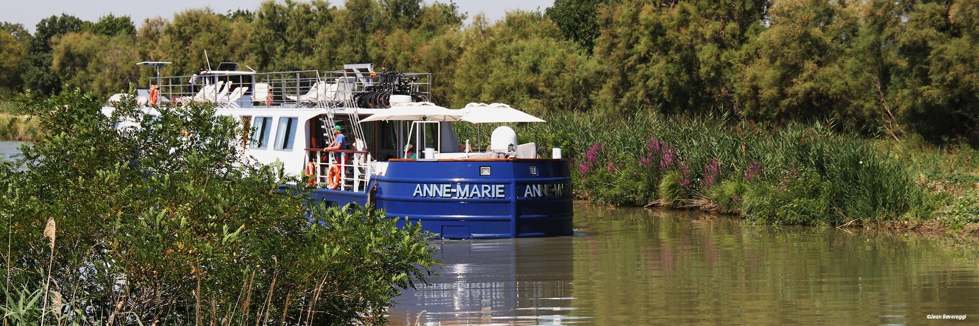 Péniche Anne-Marie en navigation sur le canal de Provence
