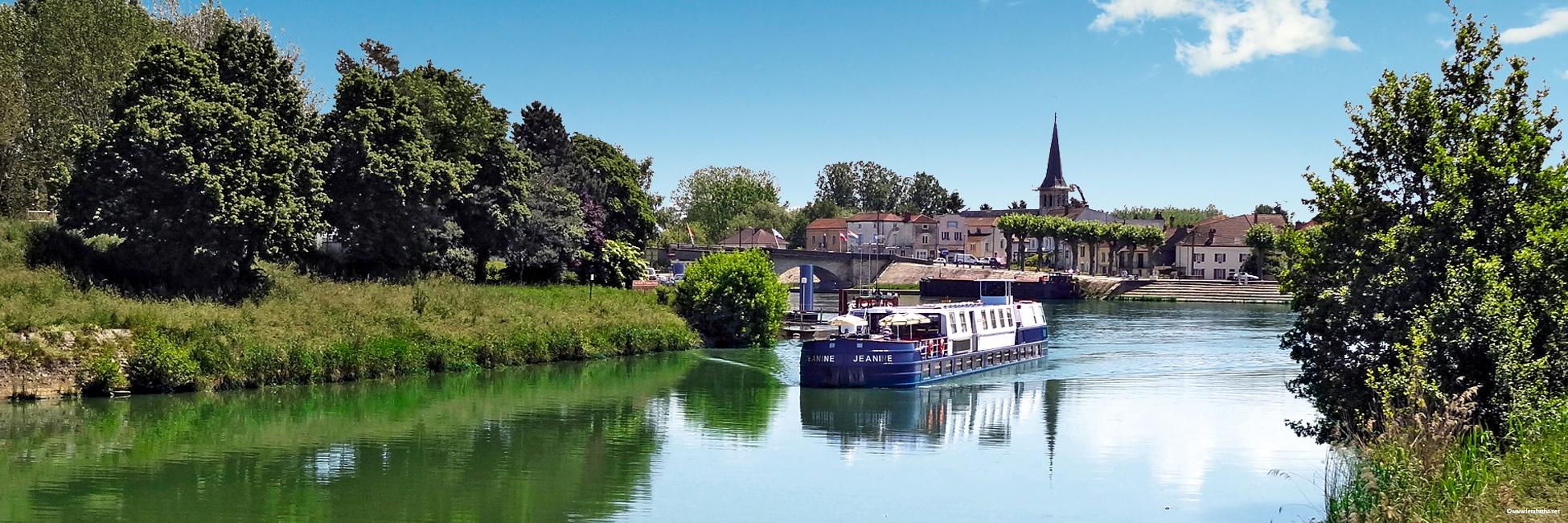 Péniche Jeanine en navigation à Saint-Jean-de-Losne