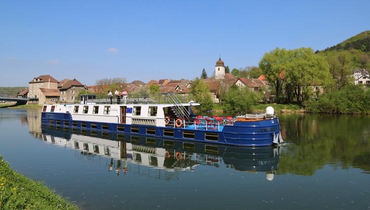 Péniche Jeanine en navigation sur le Canal de Bourgogne