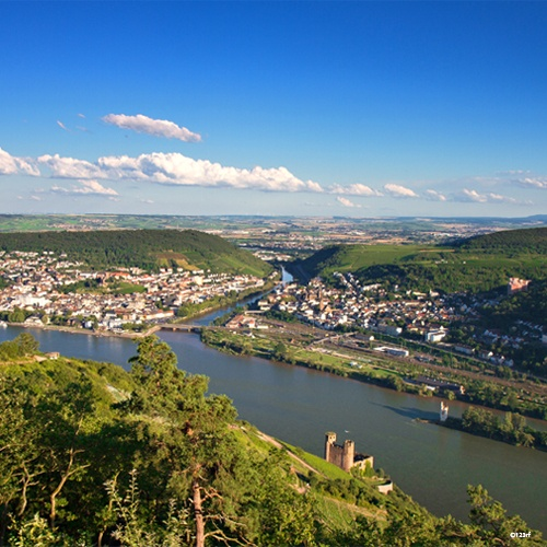 Vue aérienne sur le Rhin et sur Rüdesheim