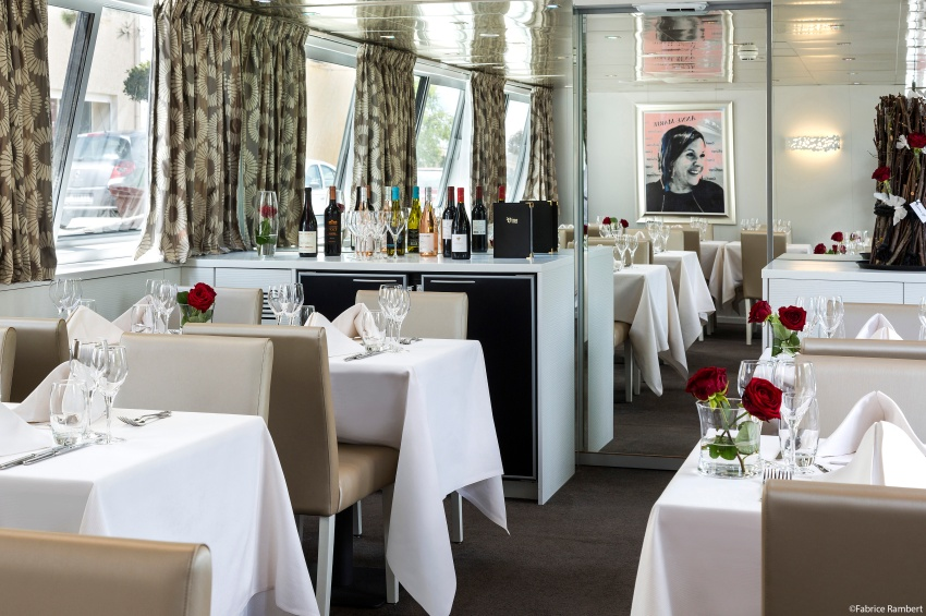 Salle de restaurant de la péniche Anne-Marie
